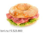 Купить «Сандвич из бублика, колбасы, сыра и салата», фото № 5523883, снято 16 января 2014 г. (c) Stockphoto / Фотобанк Лори