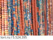 Этнические бусы на прилавке. Стоковое фото, фотограф Insomnia / Фотобанк Лори