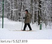 Лыжник в заснеженном зимнем лесу (2012 год). Редакционное фото, фотограф lana1501 / Фотобанк Лори