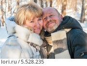 Радостные женщина и мужчина в лесу на прогулке зимой. Стоковое фото, фотограф Игорь Низов / Фотобанк Лори