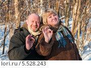 """Счастливая пара. Взрослые женщина и мужчина на прогулке зимой показывают что всё будет """"окей!"""" Стоковое фото, фотограф Игорь Низов / Фотобанк Лори"""