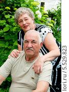 Купить «Бабушка и дедушка на даче», эксклюзивное фото № 5529823, снято 23 июня 2013 г. (c) Куликова Вероника / Фотобанк Лори