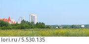 Зеленый луг на фоне городских зданий. Стоковое фото, фотограф Сергей Лялин / Фотобанк Лори