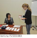 Студентка тянет билет на экзамене (2013 год). Редакционное фото, фотограф Юрий Пирогов / Фотобанк Лори