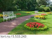 Белые скамейки на дорожке в парке (2010 год). Стоковое фото, фотограф Opra / Фотобанк Лори