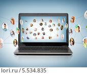 Купить «ноутбук с виртуальной социальной сетью», фото № 5534835, снято 14 ноября 2013 г. (c) Syda Productions / Фотобанк Лори