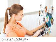 Купить «женщина работает на ноутбуке дома с виртуальной социальной сетью», фото № 5534847, снято 1 июня 2013 г. (c) Syda Productions / Фотобанк Лори