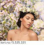 Купить «красивая брюнетка с обнаженными плечами в венке из цветов», фото № 5535331, снято 2 марта 2013 г. (c) Syda Productions / Фотобанк Лори