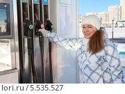 Купить «Молодая женщина берет пистолет для заправки на АЗС», фото № 5535527, снято 19 января 2014 г. (c) Кекяляйнен Андрей / Фотобанк Лори