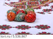Пасхальные яйца на полотенце с традиционным украинским орнаментом. Стоковое фото, фотограф Anhelina Tarasenko / Фотобанк Лори