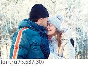 Купить «Счастливая влюбленная пара в зимнем лесу. Мужчина целует девушку», фото № 5537307, снято 19 января 2014 г. (c) Вероника Галкина / Фотобанк Лори