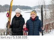 Купить «Мальчик-подросток и женщина с лыжами зимой на прогулке», эксклюзивное фото № 5538035, снято 26 января 2014 г. (c) Игорь Низов / Фотобанк Лори