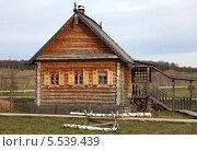 Деревянный дом с фасада. Стоковое фото, фотограф Валерий Князькин / Фотобанк Лори