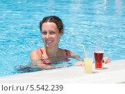 Купить «Женщина плавает в бассейне рядом с бортиком со стоящими бокалами с напитками», фото № 5542239, снято 17 июля 2012 г. (c) Losevsky Pavel / Фотобанк Лори