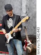 Купить «Гитарист играет на гитаре в студии», фото № 5542443, снято 26 ноября 2012 г. (c) Losevsky Pavel / Фотобанк Лори