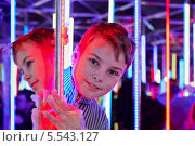 Купить «Мальчик стоит в зеркальном лабиринте», фото № 5543127, снято 5 ноября 2012 г. (c) Losevsky Pavel / Фотобанк Лори