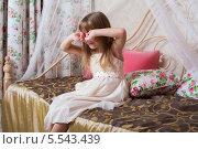 Купить «Маленькая девочка сидит на кровати и трет руками глаза», фото № 5543439, снято 3 декабря 2012 г. (c) Losevsky Pavel / Фотобанк Лори