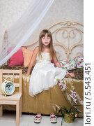 Купить «Маленькая девочка сидит с закрытыми глазами на кровати в спальне, украшенной цветами», фото № 5543451, снято 3 декабря 2012 г. (c) Losevsky Pavel / Фотобанк Лори