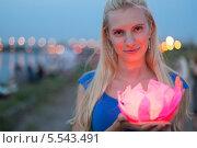 Купить «Девушка в синем платье с декоративным фонариком, перед тем, как опустить его на воду», фото № 5543491, снято 7 августа 2012 г. (c) Losevsky Pavel / Фотобанк Лори