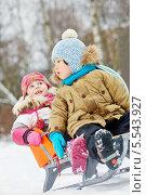 Купить «Маленькие дети сидят на санках в зимнем парке, фокус на первом ребенке», фото № 5543927, снято 10 февраля 2013 г. (c) Losevsky Pavel / Фотобанк Лори