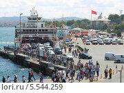Купить «Паром прибыл к пирсу. Люди и машины выходят на берег в Стамбуле, Турция», фото № 5544259, снято 3 июля 2012 г. (c) Losevsky Pavel / Фотобанк Лори