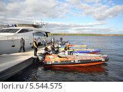 Купить «Спортсмены готовятся к гонке в яхт-клубе Галс, 29 сентября 2012 года, Москва, Россия», фото № 5544575, снято 29 сентября 2012 г. (c) Losevsky Pavel / Фотобанк Лори