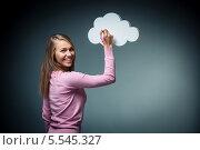 Купить «Девушка улыбаясь что-то пишет на облаке на темно-сером фоне», фото № 5545327, снято 29 сентября 2013 г. (c) Raev Denis / Фотобанк Лори