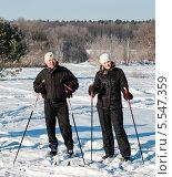 Счастливые муж и жена на лыжах на фоне зимнего леса (2014 год). Редакционное фото, фотограф Игорь Низов / Фотобанк Лори