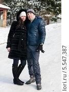 Купить «Счастливая молодая пара стоит в обнимку зимой на прогулке», эксклюзивное фото № 5547387, снято 26 января 2014 г. (c) Игорь Низов / Фотобанк Лори