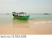 Купить «Рыбацкая лодка на пляже в Сиануквиле, Камбоджа», фото № 5553035, снято 25 февраля 2013 г. (c) Юлия Бабкина / Фотобанк Лори