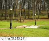 Тропинка с фонарями в осеннем парке в Царицыно (2013 год). Редакционное фото, фотограф Склярова Ирина / Фотобанк Лори