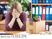 Купить «Уволенная девушка плачет, сидя за рабочим столом», фото № 5553379, снято 31 января 2014 г. (c) Кекяляйнен Андрей / Фотобанк Лори