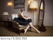 Балерина в черной пачке фотографирует себя на телефон в зеркало. Стоковое фото, фотограф Бандуренко Андрей / Фотобанк Лори