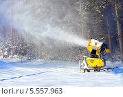 Купить «Снежная пушка производит искусственный снег», фото № 5557963, снято 1 декабря 2013 г. (c) Евгений Ткачёв / Фотобанк Лори