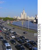 Купить «Плотное движение на Москворецкой набережной, вид на высотку на Котельнической набережной, Москва», эксклюзивное фото № 5558575, снято 8 мая 2013 г. (c) lana1501 / Фотобанк Лори