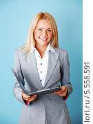 Купить «Красивая улыбчивая девушка бизнесмен в сером деловом костюме», фото № 5558591, снято 15 августа 2010 г. (c) Иван Михайлов / Фотобанк Лори