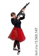 Купить «Красивая женщина в черно-красном костюме балерины целится вверх из автомата Калашникова», фото № 5560147, снято 20 июля 2013 г. (c) Иван Марчук / Фотобанк Лори