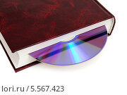 Купить «CD-диск вложен в книгу. Варианты хранения информации», эксклюзивное фото № 5567423, снято 8 февраля 2014 г. (c) Юрий Морозов / Фотобанк Лори