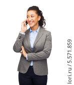 Купить «Деловая чернокожая девушка разговаривает по мобильному телефону», фото № 5571859, снято 12 декабря 2013 г. (c) Syda Productions / Фотобанк Лори