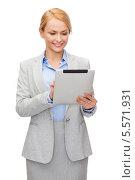 Купить «улыбающаяся деловая девушка работает с планшетным компьютером», фото № 5571931, снято 7 января 2014 г. (c) Syda Productions / Фотобанк Лори