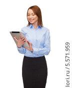 Купить «улыбающаяся деловая девушка работает на планшетном компьютере», фото № 5571959, снято 20 декабря 2013 г. (c) Syda Productions / Фотобанк Лори