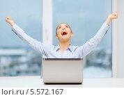 Купить «деловая девушка кричит от радости на рабочем месте», фото № 5572167, снято 8 декабря 2013 г. (c) Syda Productions / Фотобанк Лори
