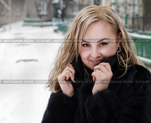 Милая блондиночка в шубке фото 377-556