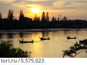 Купить «Рыбацкие лодки на рассвете на реке  в Краби Тауне, Таиланд», фото № 5575023, снято 19 января 2014 г. (c) Natalya Sidorova / Фотобанк Лори