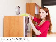 Купить «Девушка протирает пыль со шкафа», фото № 5578043, снято 26 мая 2013 г. (c) Яков Филимонов / Фотобанк Лори