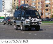 Купить «Тюнингованный автомобиль едет по дороге. Носовихинское шоссе, Москва», эксклюзивное фото № 5578163, снято 8 мая 2013 г. (c) lana1501 / Фотобанк Лори