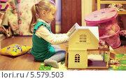 Купить «Девочка играет с кукольным домиков в детской комнате», видеоролик № 5579503, снято 11 февраля 2014 г. (c) Кекяляйнен Андрей / Фотобанк Лори
