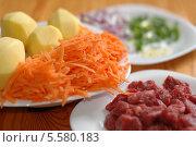 Ингредиенты для приготовления супа. Нарезанное мясо, зелень, очищенный картофель и тертая морковь. Стоковое фото, фотограф Insomnia / Фотобанк Лори