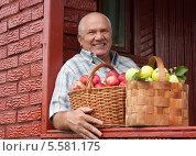 Купить «Урожай яблок. Довольный пенсионер с двумя корзинами фруктов», фото № 5581175, снято 15 сентября 2012 г. (c) Дарья Филимонова / Фотобанк Лори