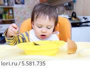 Купить «Малыш (1 год 4 месяца) самостоятельно кушает», фото № 5581735, снято 12 февраля 2014 г. (c) ivolodina / Фотобанк Лори